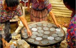 cosiendo-la-tortilla-en-comal